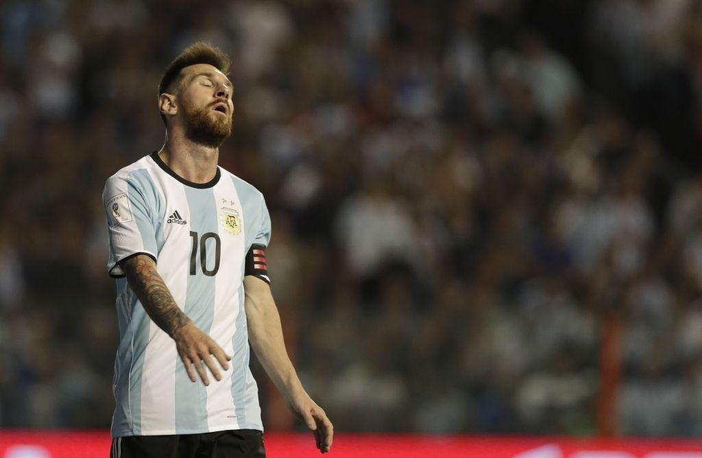 Argentina empata con Perú y está al borde de la eliminación - El jugador de Argentina, Lionel Messi, sale de la cancha tras empatar sin goles con Perú en un partido por las eliminatorias mundialistas en Buenos Aires el jueves, 5 de octubre de 2017. Foto de AP.