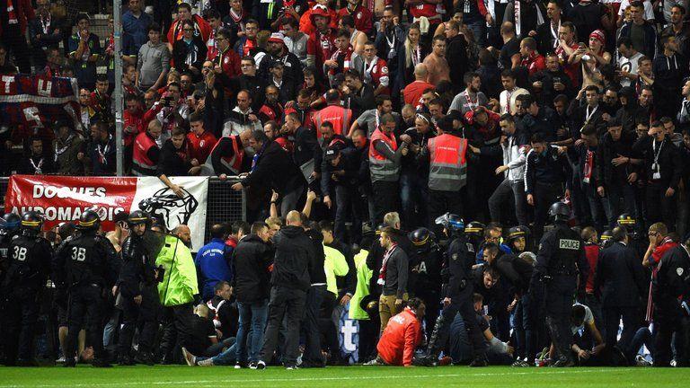 #Video Aficionados del Lille caen de barda tras festejo