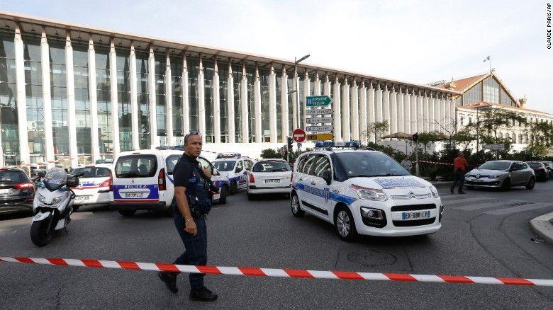 Ataque en estación de tren de Marsella deja dos muertos - Foto de Claude Paris/AP