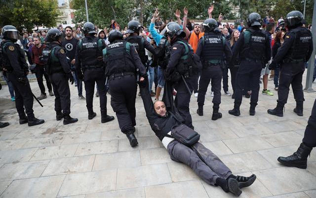 Gobierno catalán eleva a 844 el número de heridos en referendo - Foto de @Marco_Teruggi