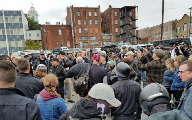 Supremacistas blancos protestan en Tennessee a favor de deportaciones