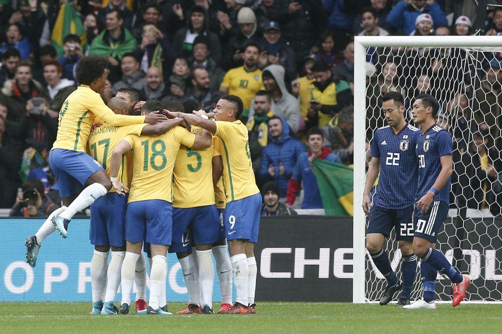 Brasil vence 3-1 a Japón en encuentro amistoso - Jugadores de la selección de Brasil festejan el gol de Marcelo en su partido amistoso frente a Japón en el estadio Pierre Mauroy de Lille, Francia, el viernes 10 de noviembre de 2017. (AP Foto/Michel Spingler)