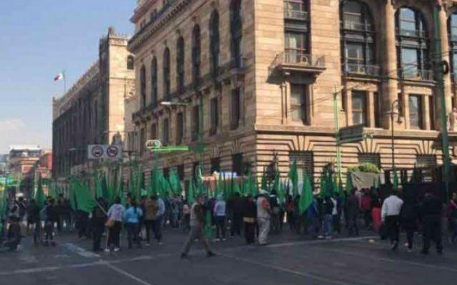 Manifestantes se enfrentan con granaderos en Eje Central - Foto de Excélsior