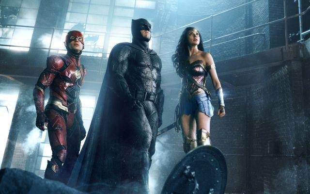 'La liga de la justicia' tiene el peor fin de semana de estreno - Imagen difundida por los estudios Warner Bros. Pictures muestra a los actores Ezra Miller (izquierda), Ben Affleck y Gal Gadot en una escena de la cinta