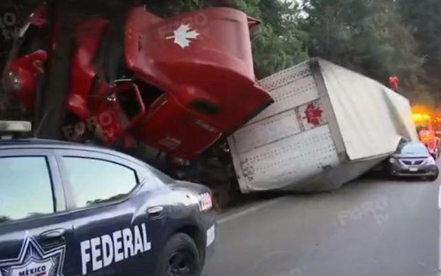 Tráiler vuelca en la México-Toluca y ocasiona caos vial por varios kilómetros