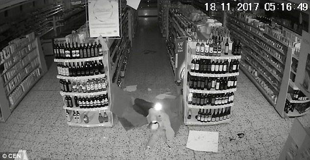 #Video Ladrón cae seis metros al entrar en un centro comercial - Foto de CEN