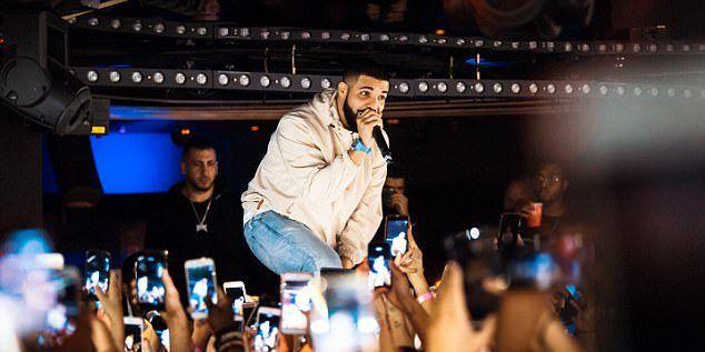 #Video Drake defiende a fanáticas acosadas en presentación