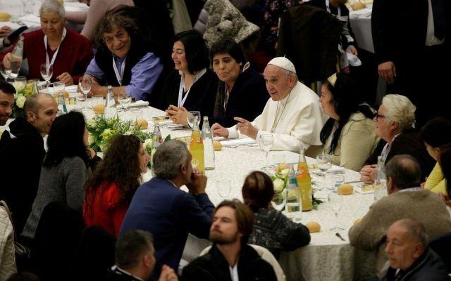 El Papa Francisco come con mil 500 pobres en Roma - Foto de Reuters