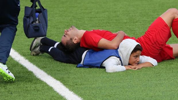 Niño recogebalones auxilia a jugador que se quedó sin aire - Foto de internet