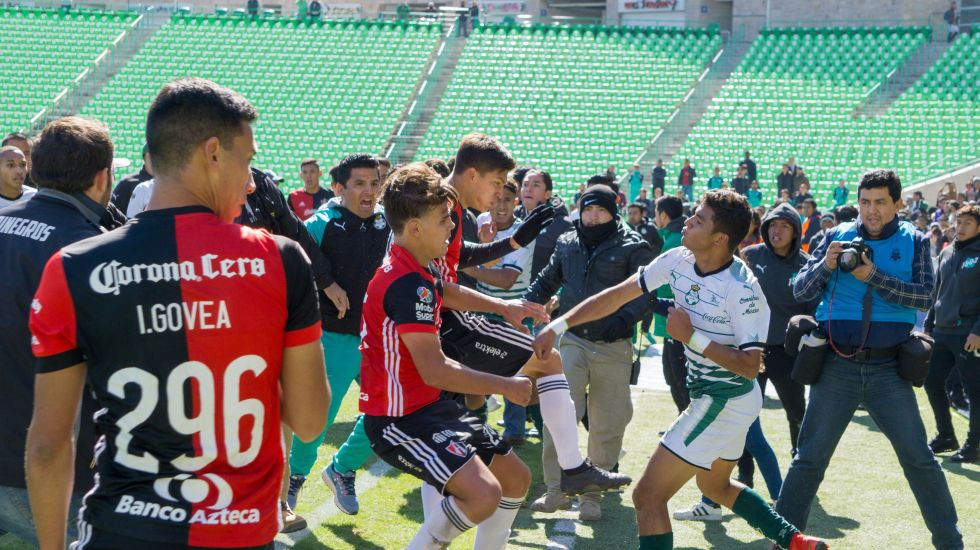 Final Sub-20 termina en pelea campal - Action photo during the match Santos vs Atlas U-20, Corresponding for the  Final of the League BBVA Bancomer MX Apertura 2017  Foto de accion durante el partido  Santos vs Atlas Sub 20 correspondiente a la Final de la Liga BBVA Bancomer MX del Torneo Apertura 2017, en el Estadio TSM, en la foto:  Jugadores en conato de bronca  06/12/2017/MEXSPORT/Enrique Terrazas