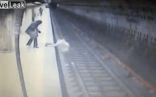 #VIDEO Mujer asesina a joven aventándola al Metro