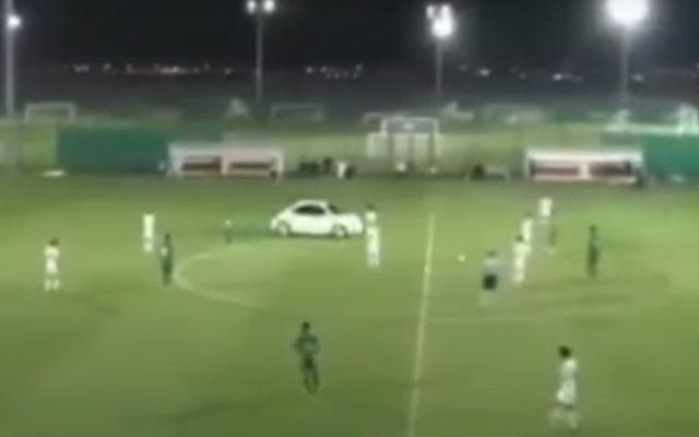 Auto invade cancha de futbol durante partido