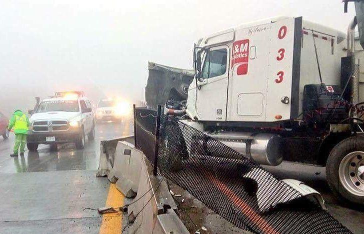 Carambola de 15 vehículos provoca cierre en autopista Monterrey-Saltillo - Foto de Twitter