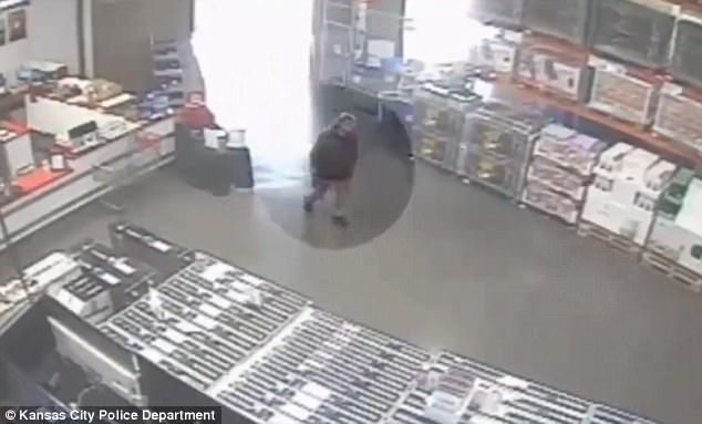 #Video Matan a hombre que amagó con un arma a clientes de Costco