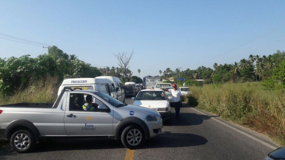 Transportistas bloquean carretera Acapulco-Zihuatanejo - Foto de Quadratín