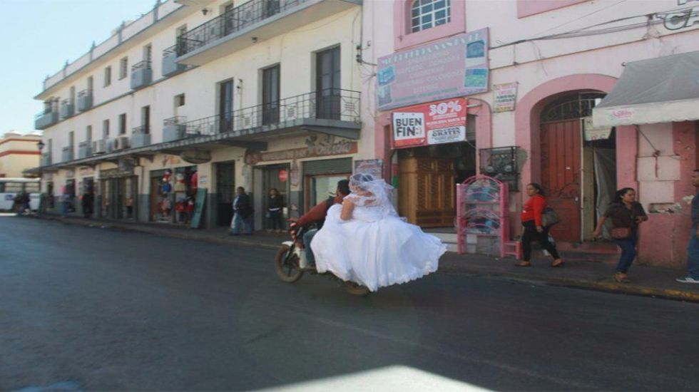 Novia oaxaqueña sortea bloqueo en moto para casarse - Foto de Internet