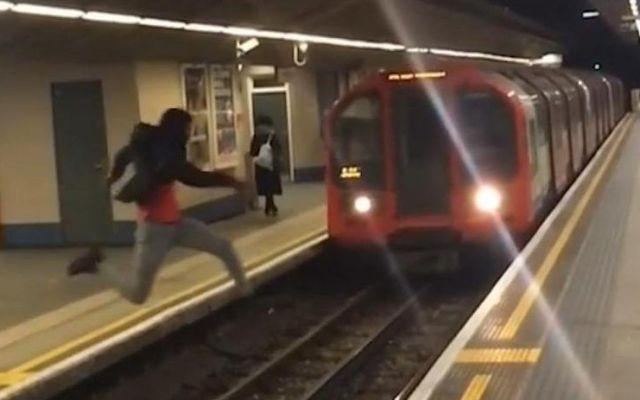 #Video Hombre arriesga su vida al saltar las vías del metro