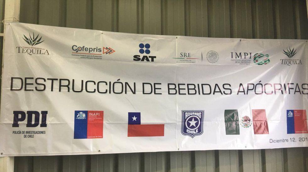 Destruyen más de 15 mil botellas de tequila falso en Chile - Foto de @MA_Margain