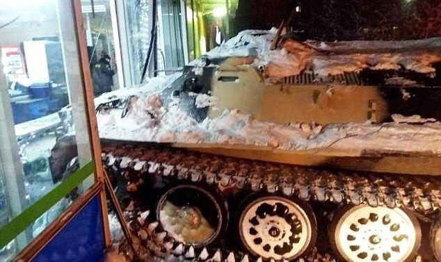 #Video Hombre en estado de ebriedad roba tanque en Rusia