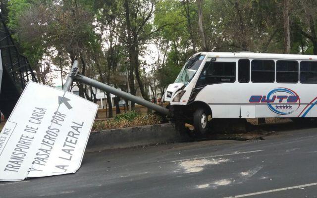Camión de pasajeros se estrella con poste en Insurgentes Norte - Foto de @vialhermes