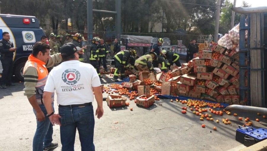 Vuelca camión con toneladas de verdura en Iztapalapa - Foto: @ApoyoVial