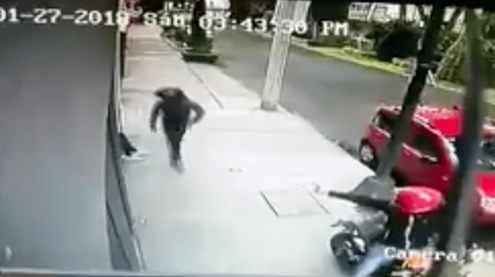 #VIDEO Asaltan a menores afuera de edificio en la Narvarte