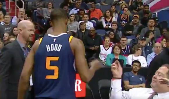 #Video Jugador de la NBA golpea celular de aficionado tras ser expulsado