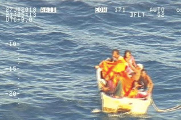 Rescatan a siete de naufragio de ferri en el Océano Pacífico - Foto de AFP