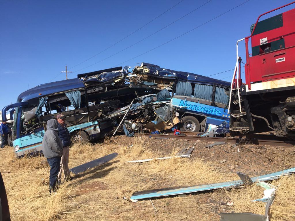 """Choque entre ferrocarril """"Chepe"""" y autobús dejó ocho heridos - Foto: El Diario de Chihuahua."""