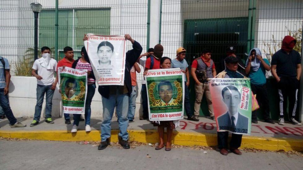 Normalistas lanzan petardos y piedras contra Palacio de Justicia de Iguala - Foto de @Tlachinollan