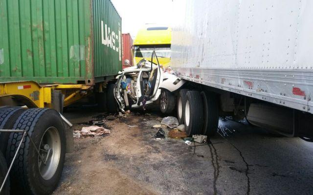 Auto queda prensado en accidente en la México-Querétaro - Foto de Policía Federal