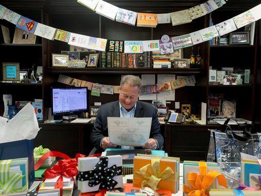 #Viral CEO recibe 8 mil tarjetas de cumpleaños de sus empleados