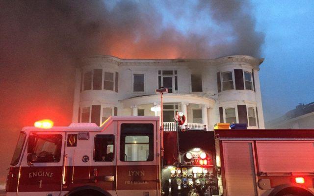 Incendio en Massachusetts deja una mujer herida - Foto de Lynn Fire Department
