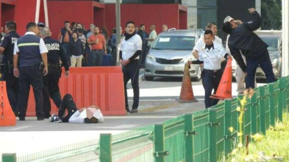 Hombre intenta suicidarse en estacionamiento del Aeropuerto de Tijuana - Foto de Frontera