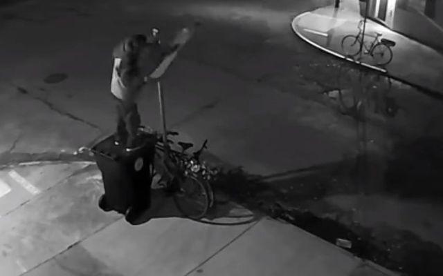 #VIDEO Hombre desmantela señal de tránsito para robar bicicleta - Captura de Pantalla
