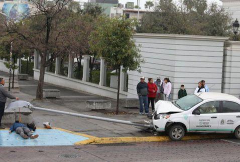 Auto derriba luminaria y mata a peatón en Monterrey - Foto de Milenio/Jorge López