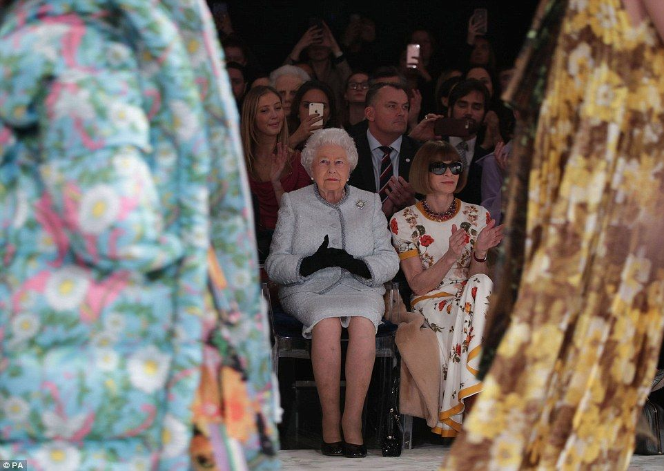 La reina Isabel hace su primera aparición en la Semana de la Moda de Londres - Foto de Daily Mail
