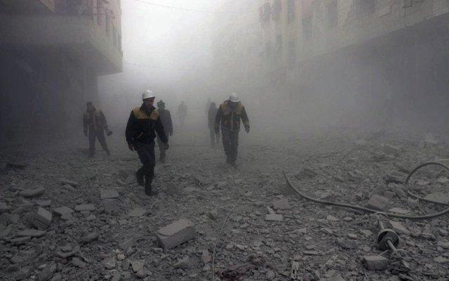 Mueren 23 personas en bombardeos a rebeldes cerca de Damasco - Foto de AP