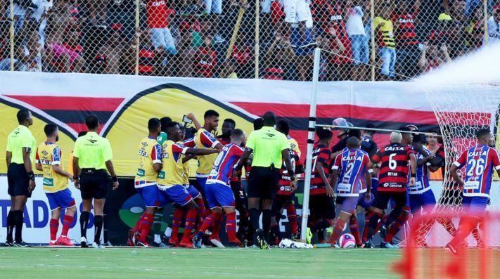 El clásico entre Bahía y Vitoria tuvo que ser suspendido debido a que 10  jugadores fueron expulsados. El futbol brasileño tradicionalmente ... 95d7b34cd3a