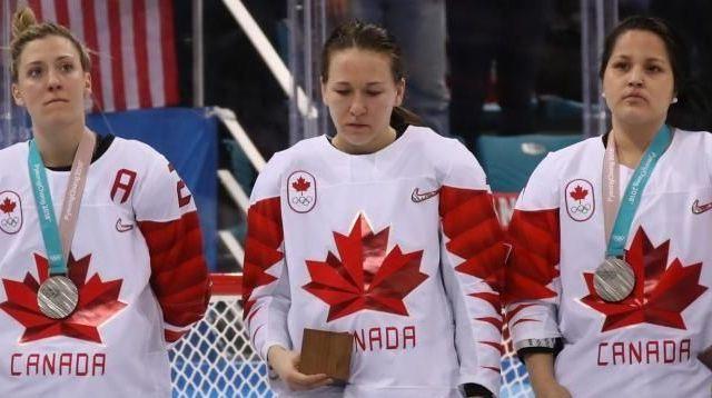 Jugadora canadiense de hockey reta al COI al quitarse medalla de plata