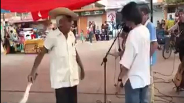 #Video Anciano con machete en mano amedrenta a banda de rock