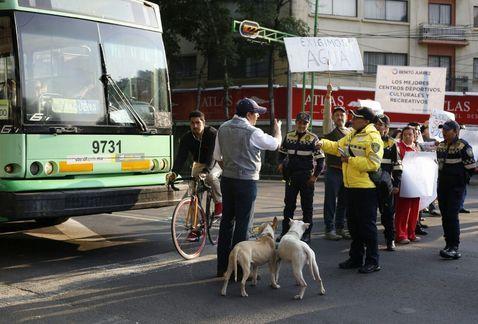 Manifestantes bloquean Eje Central y Obrero Mundial por falta de agua - Foto de Milenio