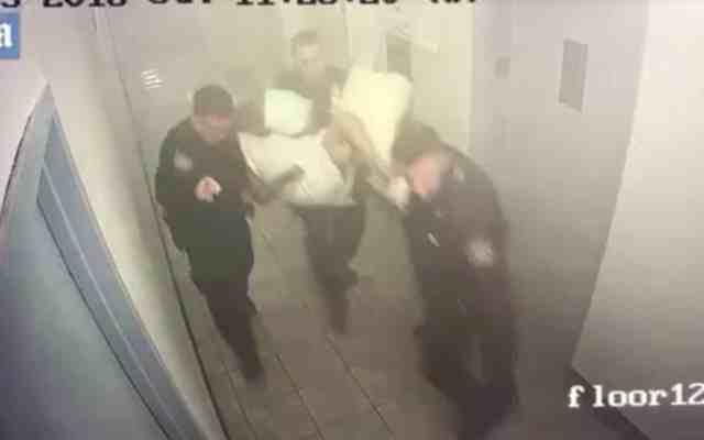 Policías de Nueva York cargan a anciana en incendio; la dejan abandonada - Foto: Youtube.