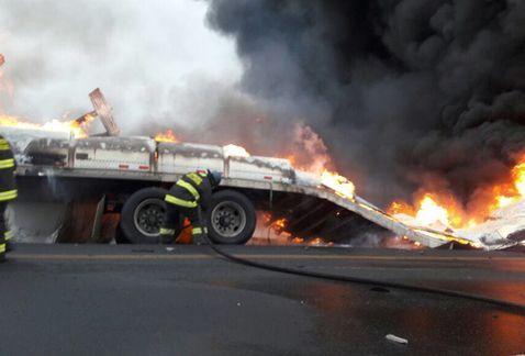 Se incendian tráileres en la carretera Nacional Monterrey-Nuevo Laredo - Fotos de Milenio