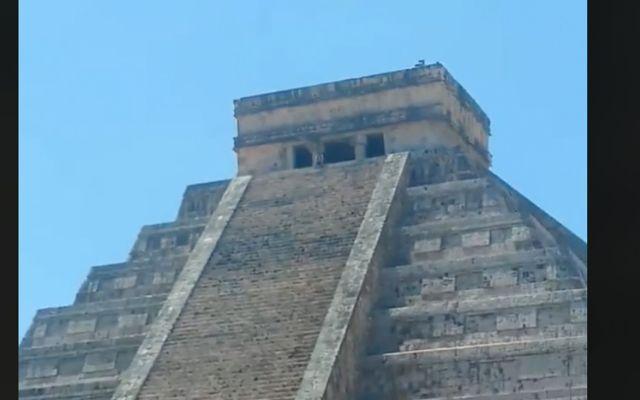 #Video Turista sube a pirámide de Chichen Itzá por una selfie