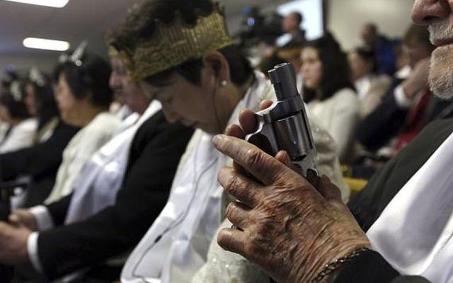 Iglesia de EE.UU. permite a feligreses llevar armas al templo - Foto de PA