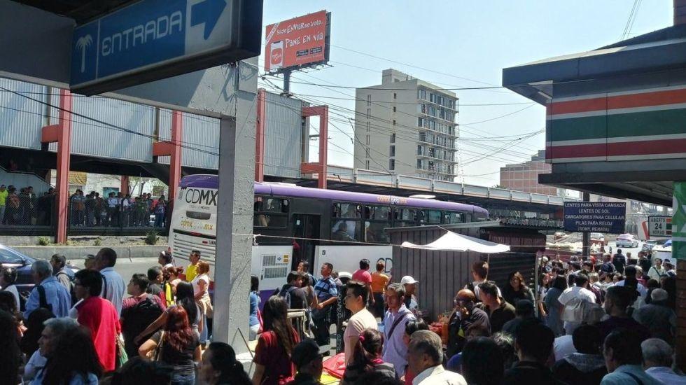 Desalojan estación del Metro Xola por fallas en convoy - Foto de @EdgarZelaznog