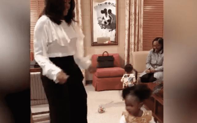 #VIDEO Michelle Obama conoce a niña que observó su retrato