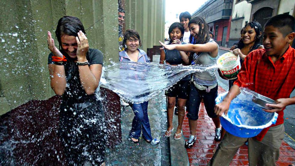 ¿Cómo surgió la tradición de mojarse en Sábado de Gloria?
