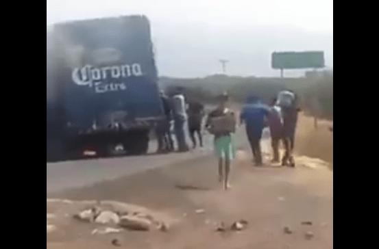 #Video Saquean camión de cerveza